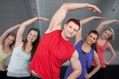 Een groep van jonge stretching op een healthclub — Stockfoto