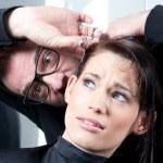 parrucchiere pazza con un cliente terrorizzato — Foto Stock