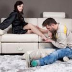 en dominerande och arrogant vacker ung kvinna gör hennes pojkvän som tillämpas — Stockfoto