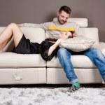 爱与坐在沙发上的温柔 — 图库照片