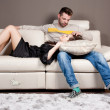 un couple amoureux sur le sofa — Photo