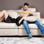 一对夫妇在沙发上做爱 — 图库照片