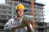 Especialista en construcción usando un equipo tablet pc — Foto de Stock