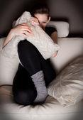 Hermosa joven viendo una película de terror sola — Foto de Stock