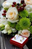 Bruiloft boeket en gouden ringen — Stockfoto
