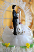 Bride and groom figurines on the cake — Stock Photo