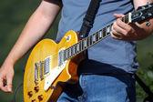 吉他手弹电吉他 — 图库照片