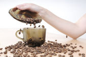 Hands pours coffee into a coffee cup — 图库照片