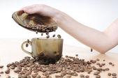 Ręce rozlewa kawy w filiżance kawy — Zdjęcie stockowe