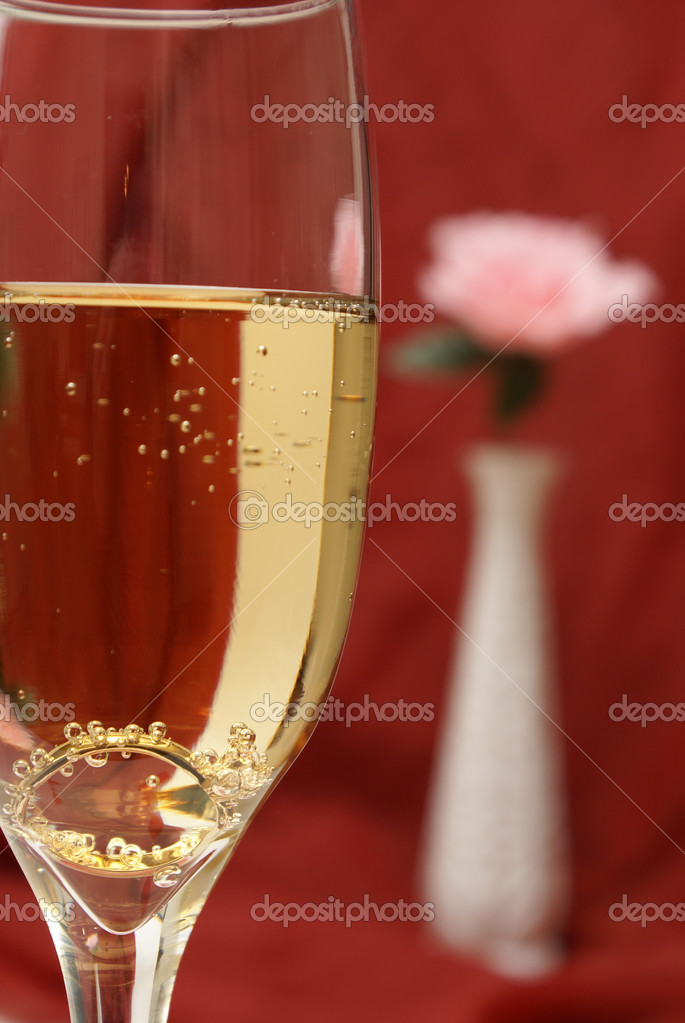 An engagement ring is set inside a glass of champagne to ask the big question. — Stock Photo #6718840