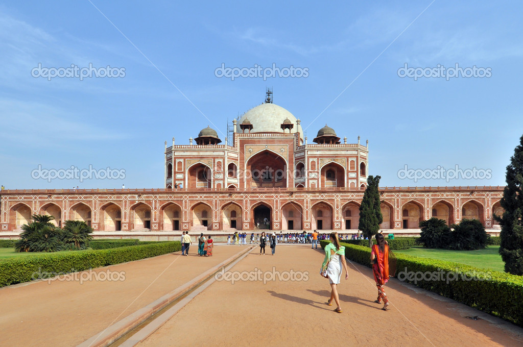 OLD DELHI, INDIA - Group of enter the Humayun Tomb on October 24, 2009. The Tomb was declared a UNESCO World Heritage Site. — Lizenzfreies Foto #6533943