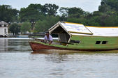 Local Boat on Sarawak River — 图库照片