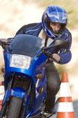 男は彼のバイクに安全円錐を通過 — ストック写真