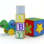 blocs de bois Jouet bébé avec des jouets de bébé à l'arrière-plan de l'orthographe — Photo