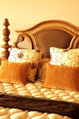 Coussins colorés sur le lit — Photo