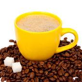 黄色杯咖啡,豆子 — 图库照片
