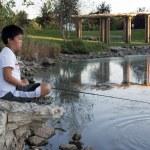 jonge jongen vissen — Stockfoto