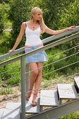 красивая девушка стоит на лестнице. — Стоковое фото