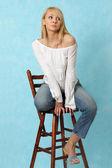 Sexig tjej sitter på en trästol. — Stockfoto