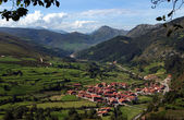Precioso pueblo en un valle de Cantabria — Stock Photo