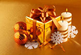 рождественский подарок в золото коробка с бантом — Стоковое фото