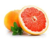фрукты свежие грейпфруты с вырезать и зеленые листья — Стоковое фото