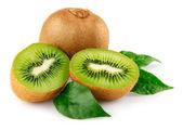 Frutta kiwi freschi con foglie verdi — Foto Stock
