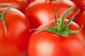 Arka plan kırmızı domates yeşil yaprak — Stok fotoğraf