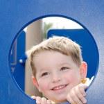 lindo niño jugando en el patio de recreo — Foto de Stock   #6643529