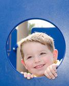 かわいい幼児の遊び場で遊んで — ストック写真