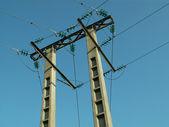 Elektriska ledningar anslutna till höga torn. — Stockfoto