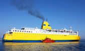 Cruise ship leaves port — Stockfoto