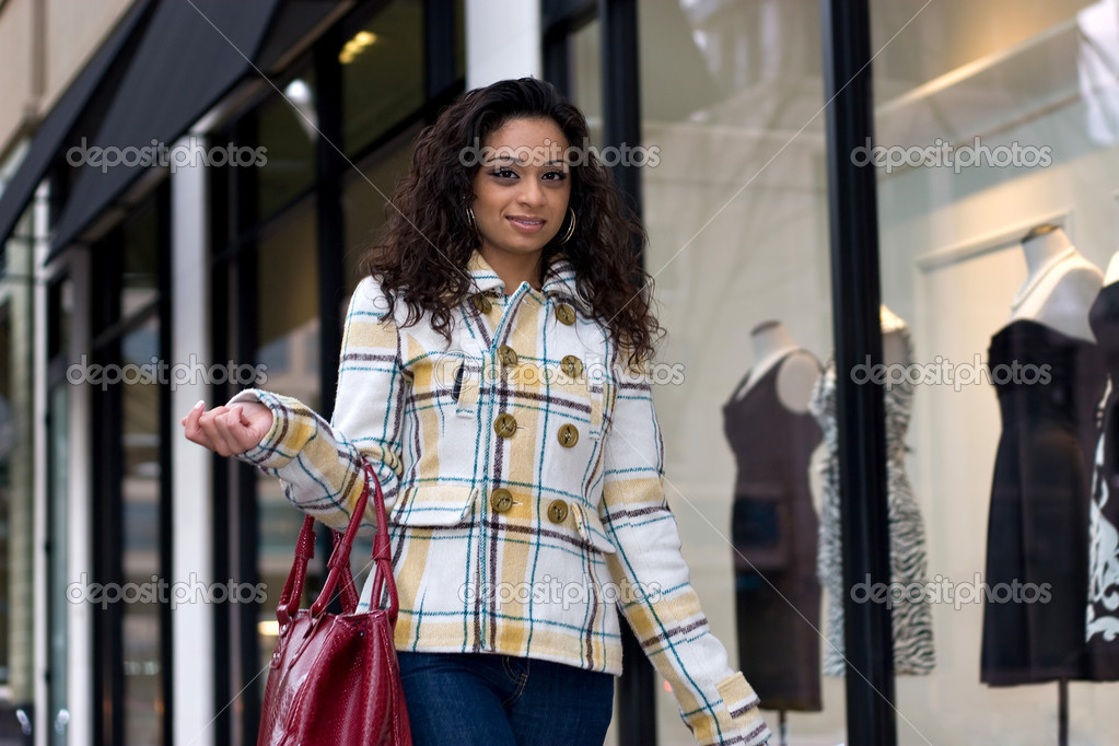 An attractive girl out shopping in the city. — Stock Photo #6670688