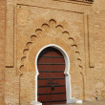 大規模な木製のドアに白いサラウンド — ストック写真
