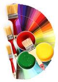 öffnen sie dosen mit farbe, pinsel und palette — Stockfoto