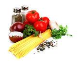 意大利面意粉用西红柿、 橄榄油和罗勒上白 ba — 图库照片