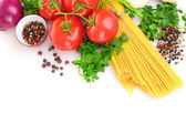 Makarna spagetti domates, zeytin yağı ve fesleğen üzerinde beyaz bir ba — Stok fotoğraf