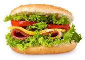 Hambúrguer saboroso com legumes e presunto isolado no branco — Fotografia Stock