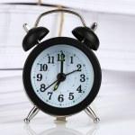 Черный будильник и документы — Стоковое фото