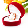 Wedding rings and flower bouquet on white — Stockfoto
