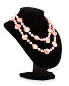 Collana di perle rosa e shell isolate su bianco — Foto Stock
