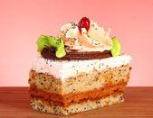 Dessert - kaka med choklad och grädde på vit — Stockfoto