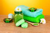 Badzout, zeep en handdoek op gele achtergrond — Stockfoto