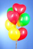 蓝色背景上的飞行气球 — 图库照片