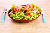 Salada de legumes frescos em um prato e talheres — Foto Stock
