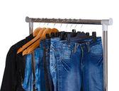 Jeans op hangers — Stockfoto