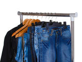 Pantalones vaqueros en perchas — Foto de Stock