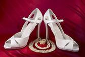 Perles et chaussures à talons hauts blancs — Photo