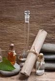 Flaconi di oli profumati nel vecchio laboratorio di fragranza