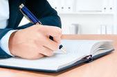 Oříznutého obrazu rukou mladé ženy, psaní poznámek